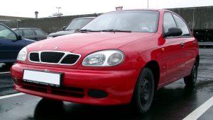 Samochody z lat 90 - Daewoo Lanos (fot. Rudolf Stricker@Wikipedia, domena publiczna)   Autofakty.pl