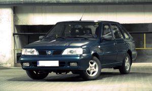 Samochody z lat 90 - Polonez Caro (fot. Harnas kalisz@Wikipedia, CC0)   Autofakty.pl