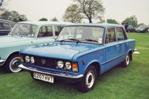 Samochody z lat 80 -  Fiat 125p (fot. Asterion@Wikipedia, CC BY 2.5)