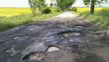 dziury w drodze (fot. Wikipedia@Paweł Kużniar)